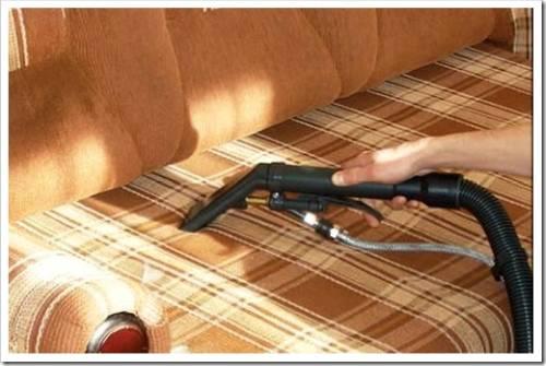 Очищаем диван от скопившейся пыли