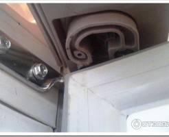 Как перевесить дверь холодильника Indesit?