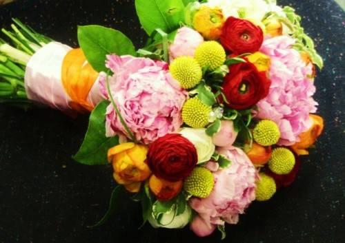 Какие цветы сочетаются с пионами в букете