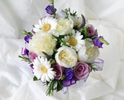 Какие цветы сочетаются с пионами в букете?