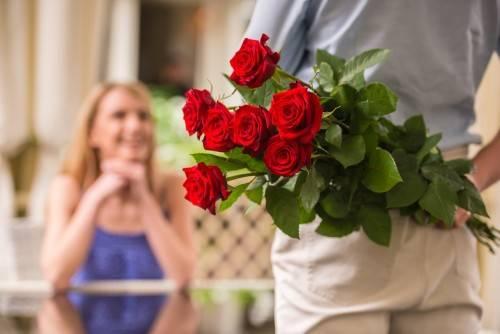 Как подарить цветы девушке