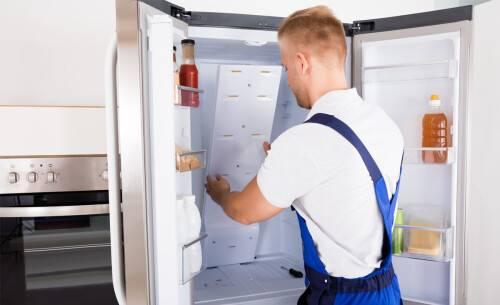 На стенке холодильника намерзает лед: что делать