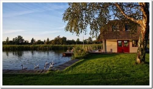 Участок для загородного дома у водоема